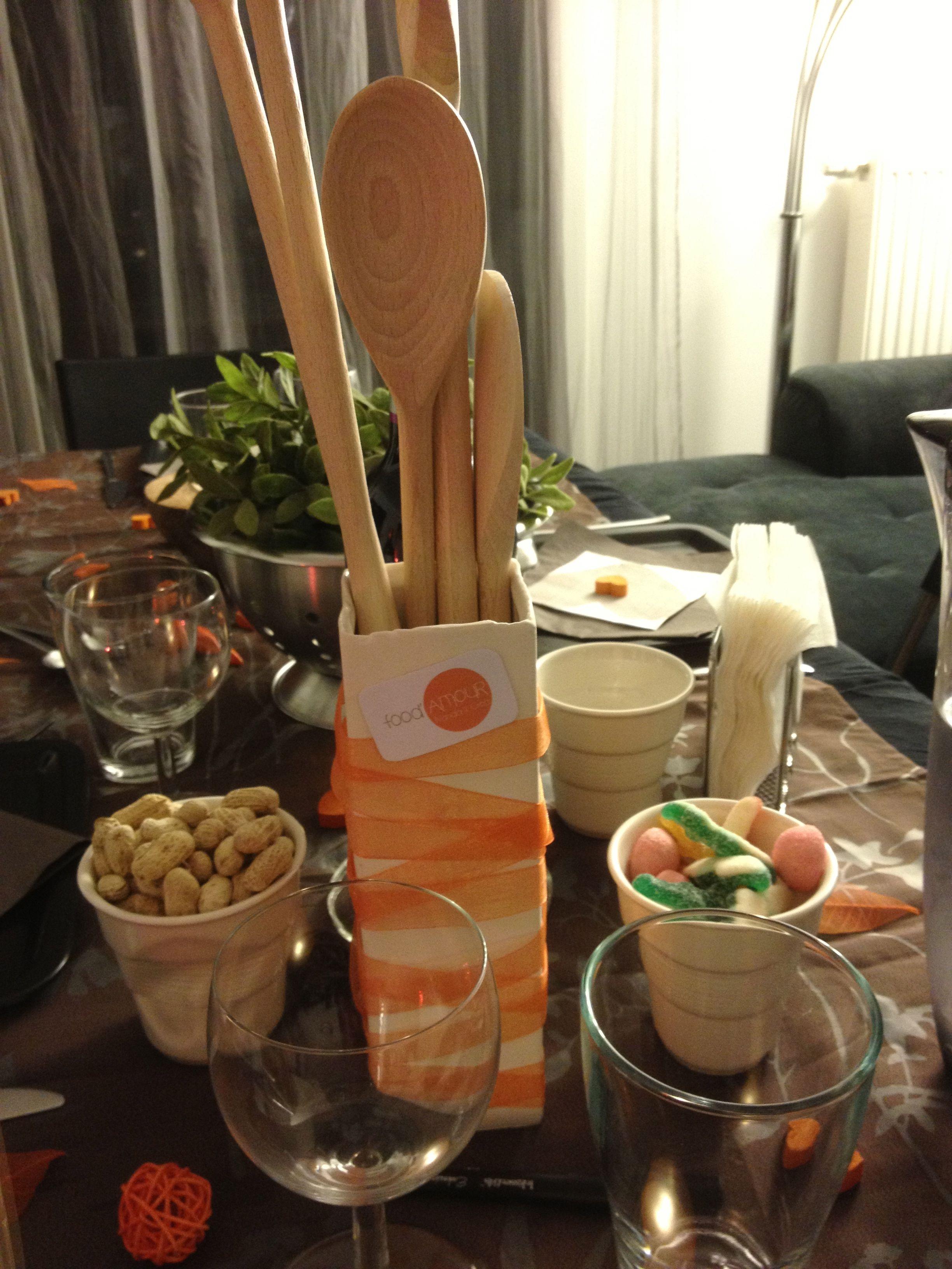 """Centre de table - vase décoré du logo """"food'amour"""" et de ruban orange. Les invités inscriront un petit message sur les cuillères en bois à l'aide d'un feutre indélébile."""