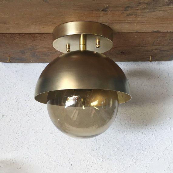 Die geräucherte Dome Semi bündig Metal mount Wandleuchter aus gebürstetem Messing. Kann an der Wand oder Decke montiert werden.   Sie können Ihre Glas-Option im Dropdown-Menü auswählen: Geräuchert (abgebildet) - Klarglas - Opal-weiß - Satin weiß  UN-lackiertem Messing Abmessungen: • 8 Ø x 8 Tall • Decke Baldachin ist 5  • Max Wattleistung - 75watts / 250 Volt • harte Kabel an Decke oder Wand • G16 40-Watt-Birne enthalten • Alle Montage-Hardware ist enthalten • Rate: Elektriker erforderlich…