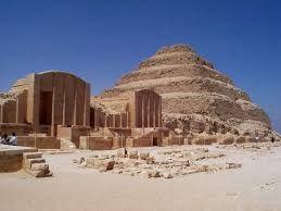 Piramide di Mémphis, Necropoli di Saqqara; -III millennio a.C., Antico Regno; -dedicata al Re Djoser; -l'unica piramide a gradoni, la prima che abbiamo conosciuto;