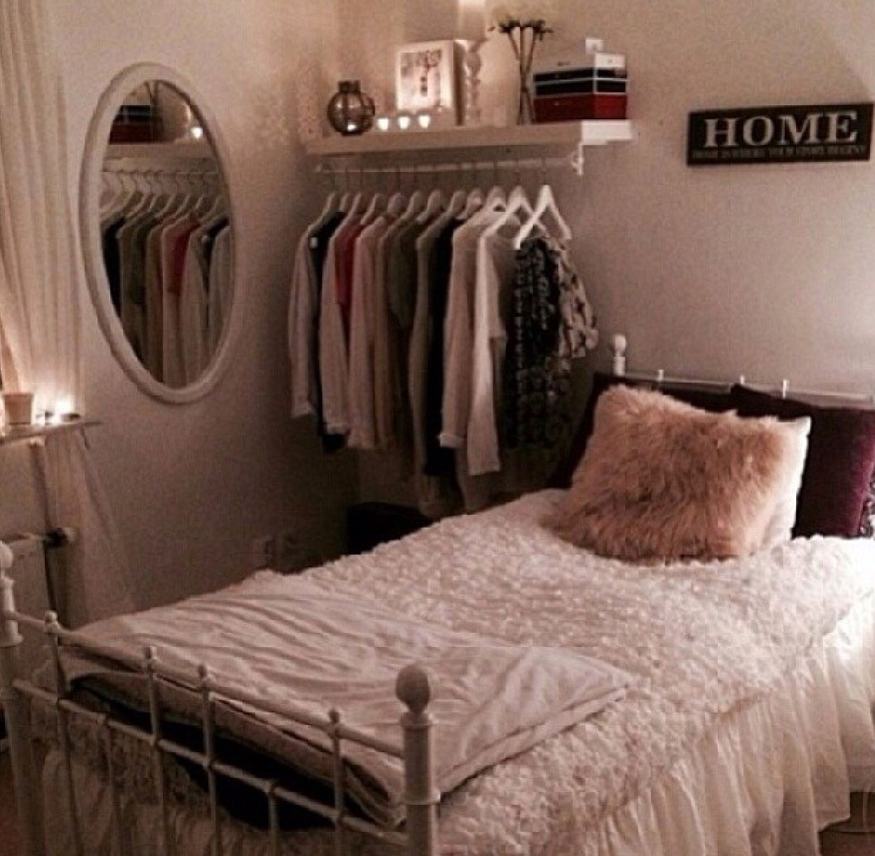 Pin By L A U R E N H O S I E R On Room Ideas Apartment Bedroom Decor Urban Outfitters Room Small Bedroom