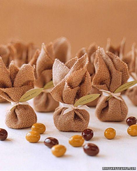 trouxinhas de juta com amendoim para lembrancinha de casamento simples