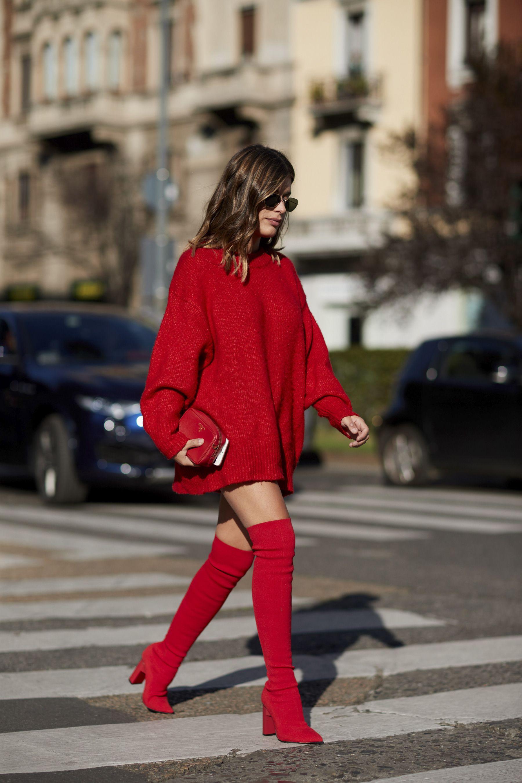 vestido sweater rojo y botas altas