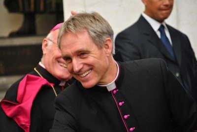 Viggo Mortensson couldn't wear a cassock better. With all those testosterone markers, could he truly be celibate? Compartiendo mi opinión: Georg Gänswein el sex-symbol de El Vaticano