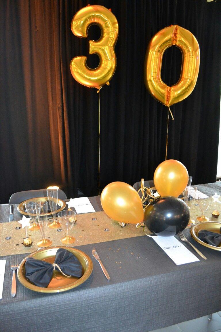 soiree chic 30 ans deco table noir et chemin de table dore pliage serviette noeud pap avec une attache de perles pour les femmes et bolduc dore pour les