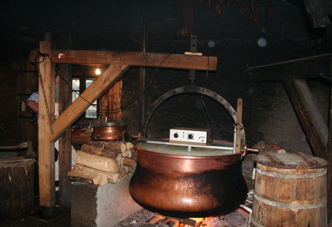 L'Etivaz es un queso suizo duro a base de leche cruda de vaca lleva el nombre del lugar de origen
