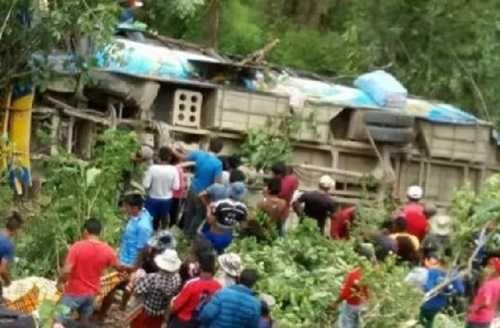 Autobús cayó por un precipicio y causó 17 muertos en Bolivia