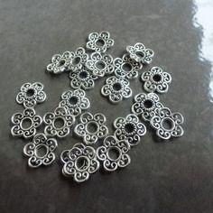 Coupelles fleurs en métal argenté pour perles (x6)