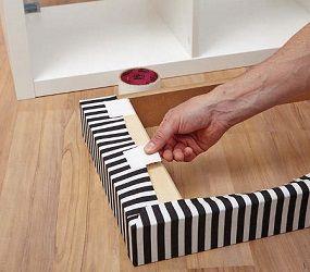 stoff erst umschlagen und dann ankleben auch die sockelleisten mit stoff umschlagen fixieren. Black Bedroom Furniture Sets. Home Design Ideas