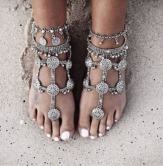 indian foot jewelry in silver perfect for boho beach wedding via http