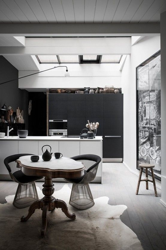 black is the new white dramatic french home in dark shades rh pinterest de