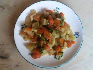 Für das Karotten-Kohlrabigemüse die Karotten putzen, in Scheiben schneiden, den Kohlrabi abschälen und in kleine Würfel schneiden. Etwas Wasser und
