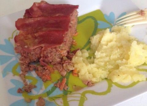 Pastel de Carne.  Con: Apio, zanahoria, cebolla, tocino de pavo, carne de res y pechuga de pavo.  Puré de papa como complemento.