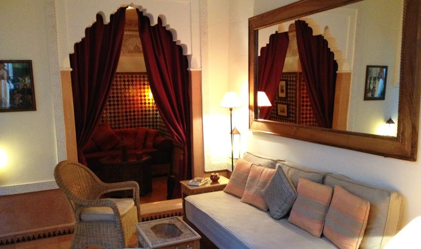 Nice conversation rooms open and closed / Piacevoli stanze di conversazione aperte e chiuse