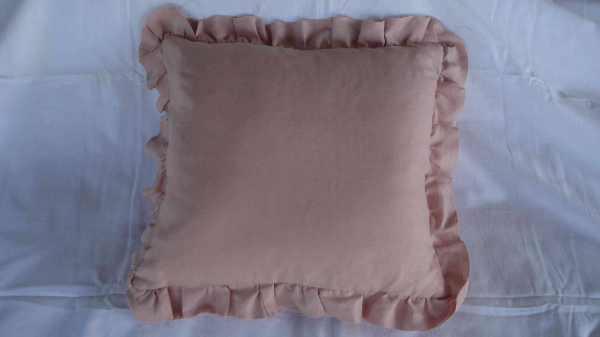 Coussin en lin vieux rose et fronces à cru : Textiles et tapis par rouge-lin-et-bois