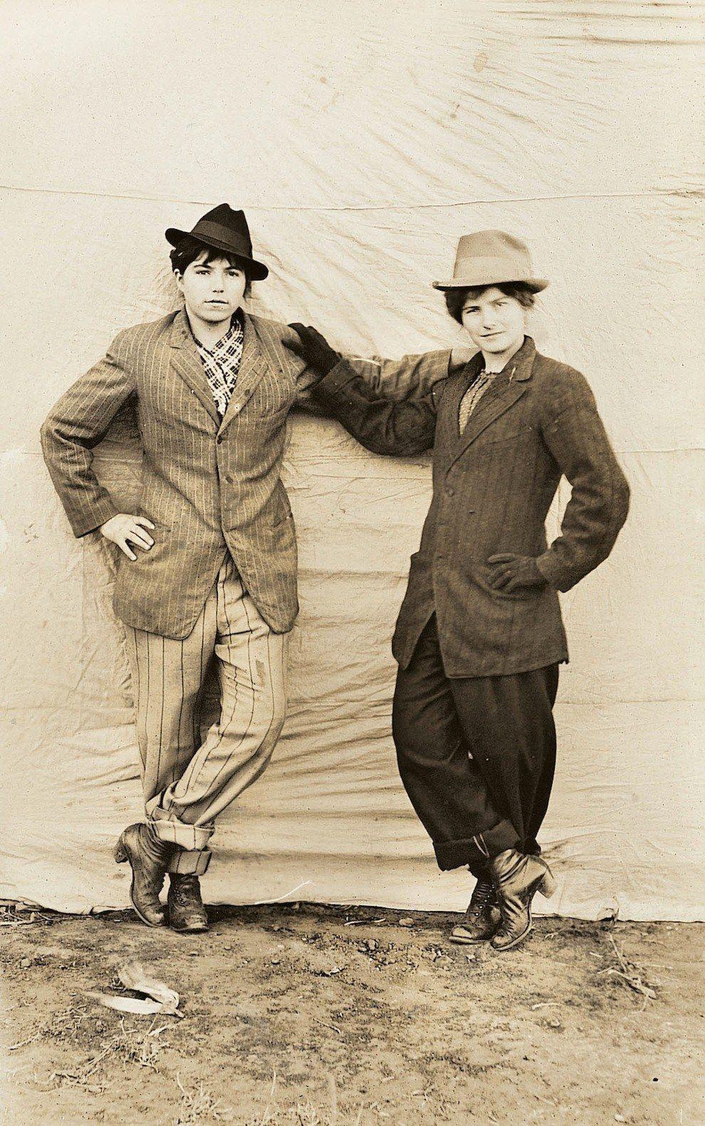 Um ávido colecionador de fotografias, Lifshitz começou a descobrir as fotografias puramente como um passatempo em vários mercados de pulgas e vendas de garagem. | Estas fotos fornecem uma visão sobre a vida dos casais LGBT no início do século passado
