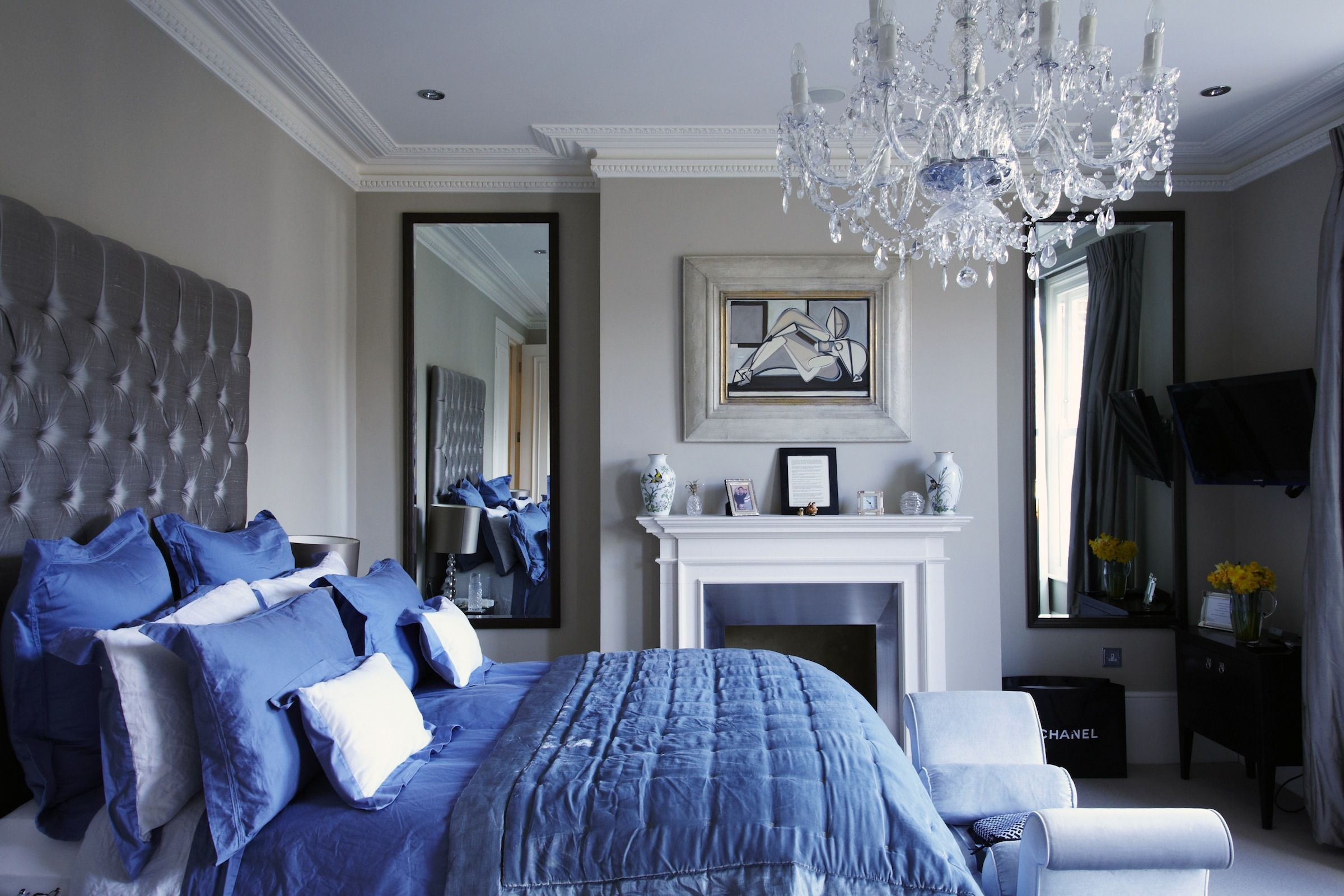 Victorian Chic House With A Modern Twist Decoholic Modern Victorian Bedroom Victorian Interior Design Victorian Interior