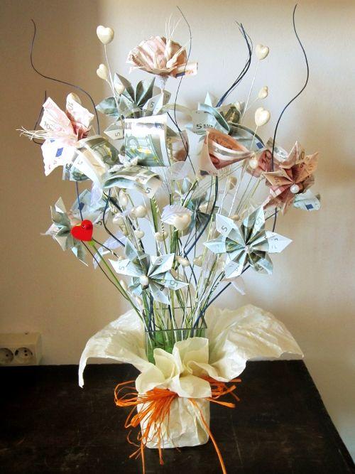 ramo de flores hecho con billetes de euro