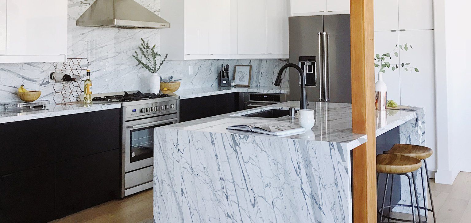 Amazing Black And White Kitchen With Marble Backsplash White Marble Kitchen Upper Kitchen Cabinets Kitchen Marble