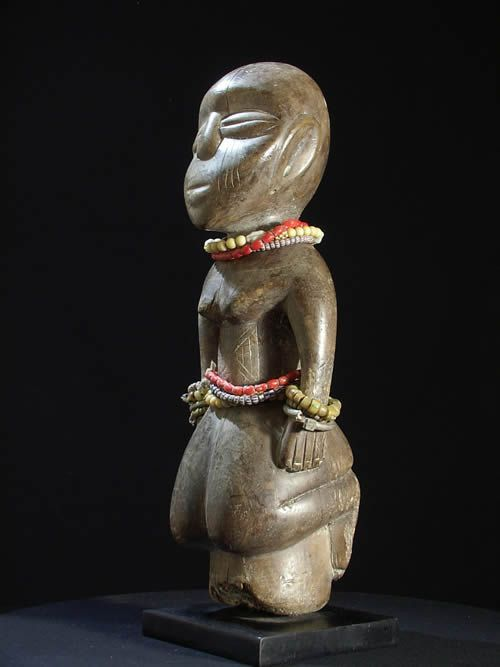 statue africaine perles