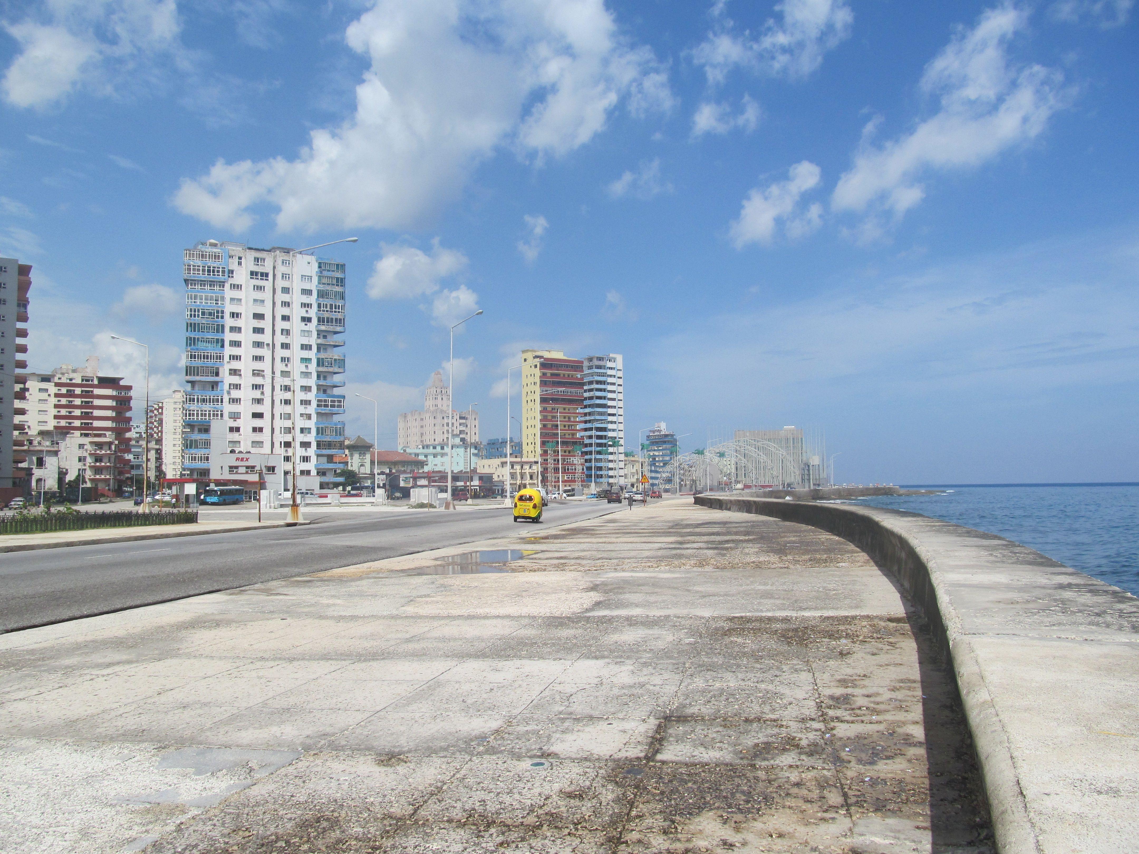 El comienzo de El Malecón de La Habana se remonta a los inicios mismos del siglo XX, en 1901 durante el gobierno provisional norteamericano en la isla. Su construcción se fue realizando por etapas sucesivas y duró cerca de cincuenta años, En la actualidad se encuentra en constantes obras de restauración.