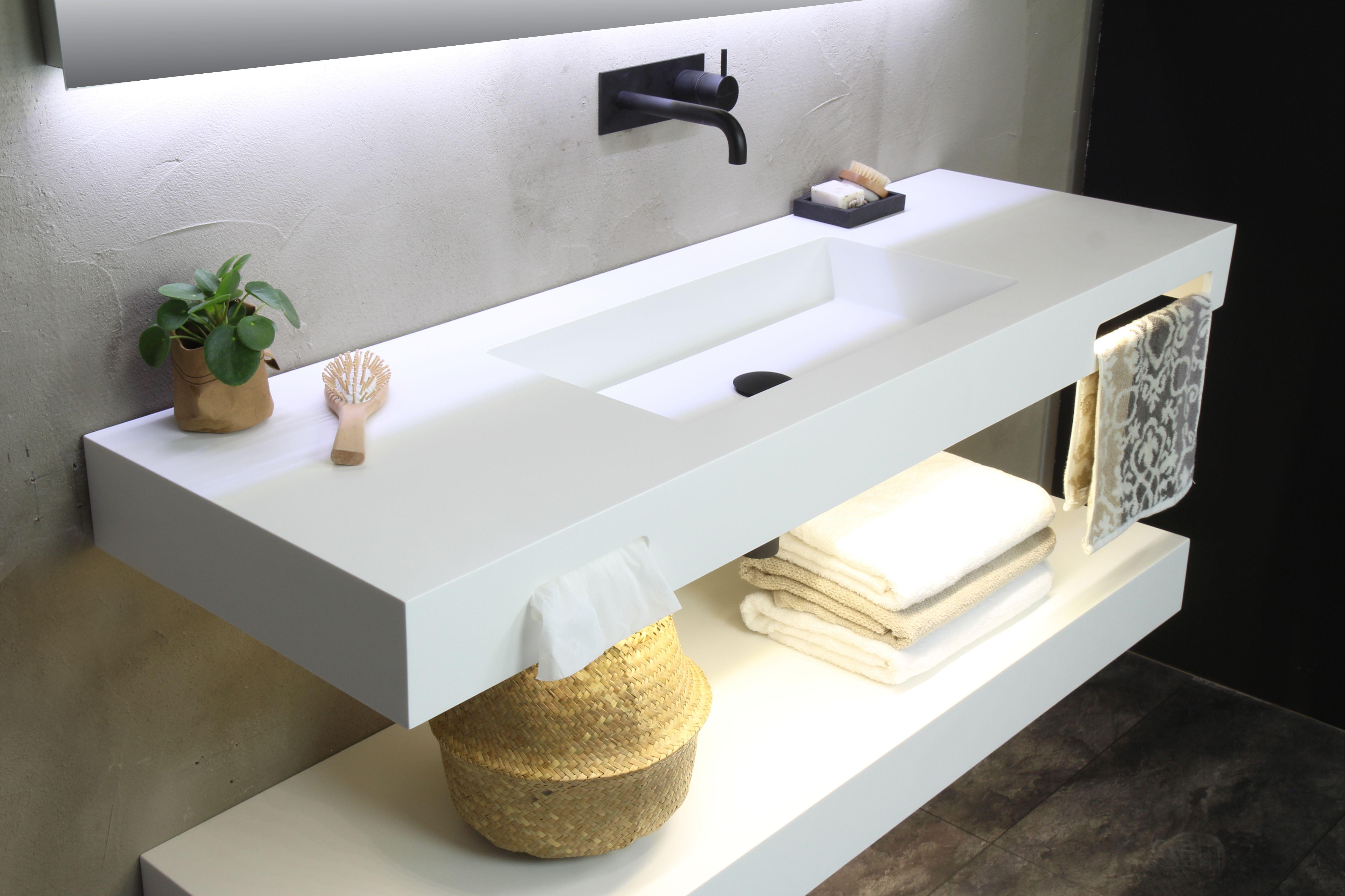 Houten planken in de badkamer witte muur pantry kast garage nut