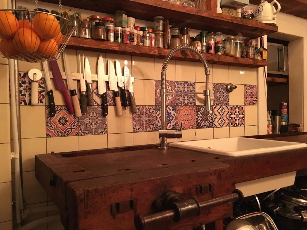Küche mit unterschiedlich farbigen Fliesen dekoriert. #Küche ...