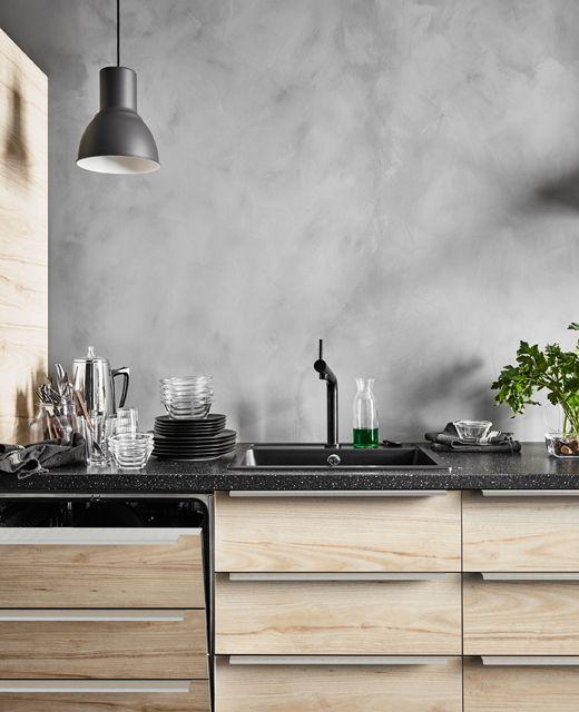 ein geschirrsp ler mit passender front in einer k che in eschenoptik u a mit bosj n. Black Bedroom Furniture Sets. Home Design Ideas