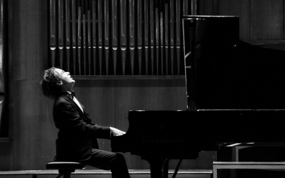 Sotto lo sguardo severo e impassibile di Busoni, sabato sera Trifonov continuava a entrare e uscire, quasi saltellando, con un sorriso, colmo di gratitudine, stampato in volto. Il debutto bolzanino della stella nascente del pianismo internazionale è stato un meritato successo.