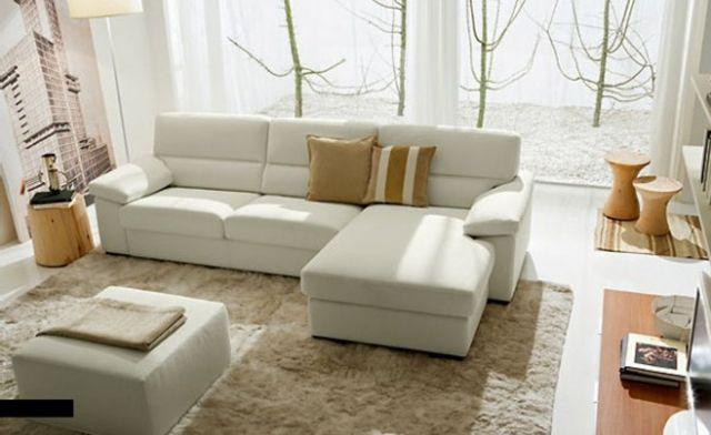 Aménagement de salon canapé avec une méridienne en cuir blanc