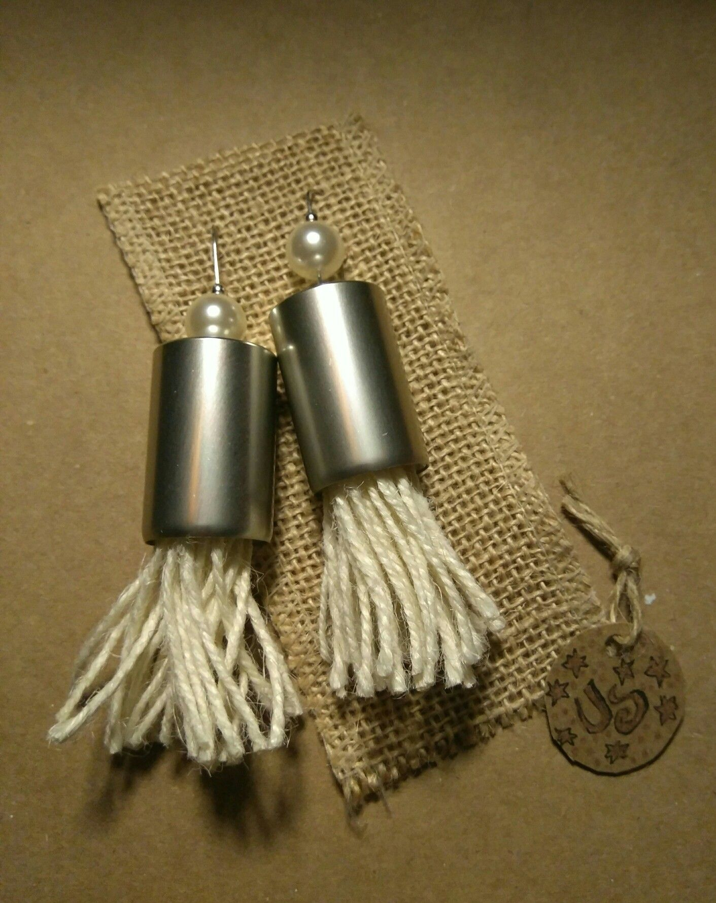 Pendientes de aluminio (tapones de colonia reciclados), alpaca, falsas perlas blancas y flecos de cordón rústico, de Universo Solariana.