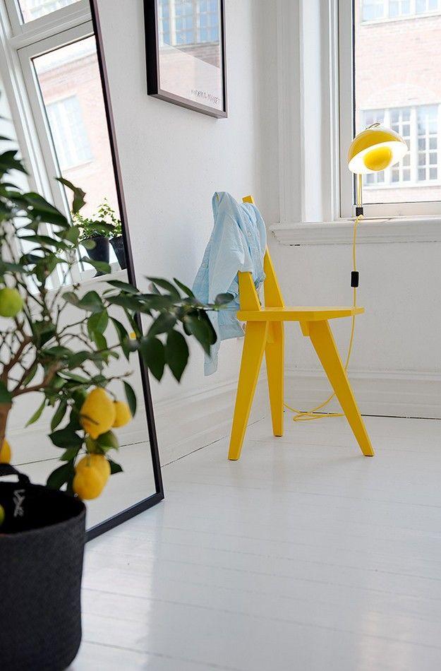 Una vivienda en blanco con un toque de color amarillo
