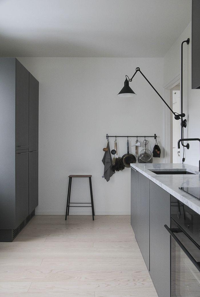 Minna Jones: Welcome afternoon light | Keittiö, tummanharmaat kaapit ...