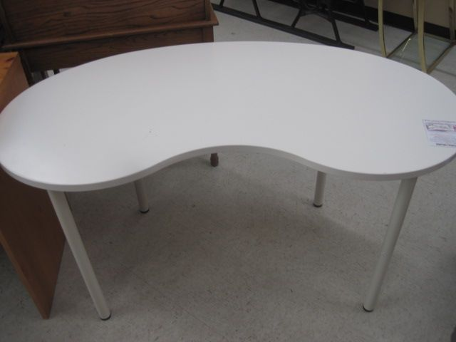 55 X 28 X 29 White Lacquer Kidney Shaped Desk Table White Metal