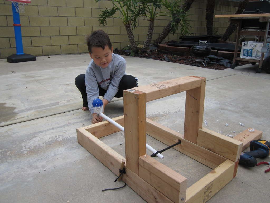 Easy backyard catapult for hero dads class projects and for Things to build with wood for kids