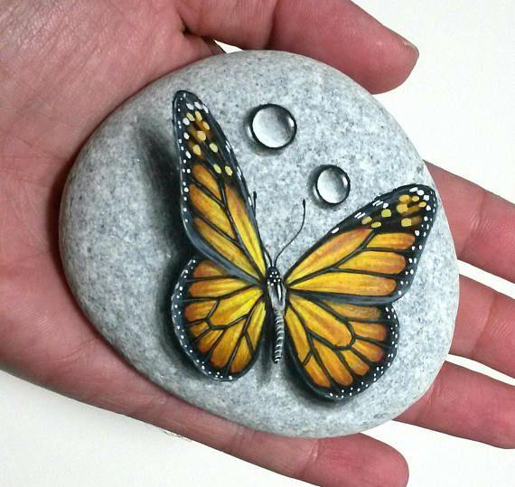 Stein-Malerei-Kunst-Monarch-Schmetterling! Auf natürlichen flachen Meer Stein mit Acrylfarben bemalt und mit satin Lack beendet. Schmetterling-Wohnkultur #thegreatoutdoors
