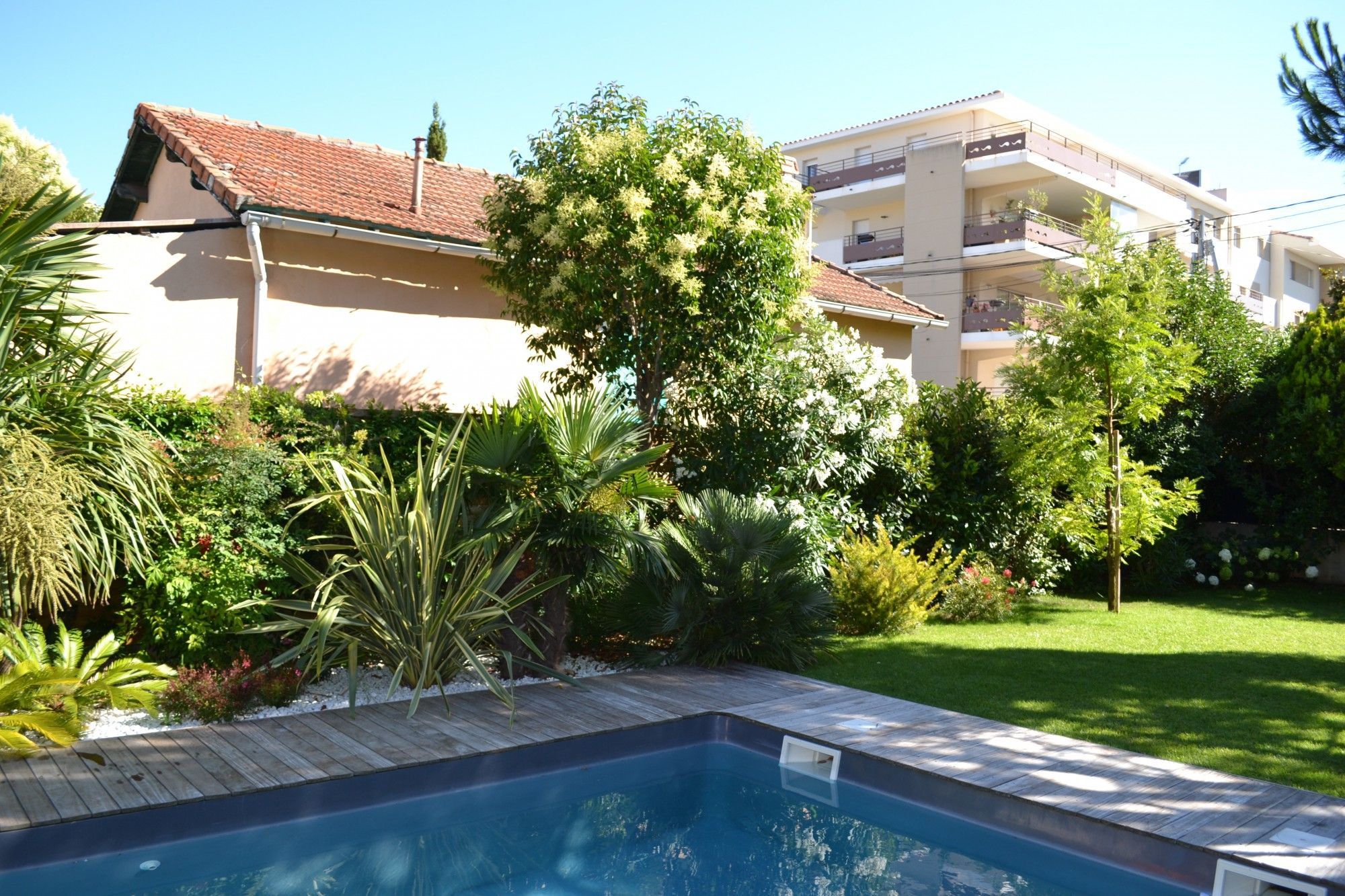 Cr ation d 39 un espace paysager en bord de piscine cr ation for Amenagement jardin piscine