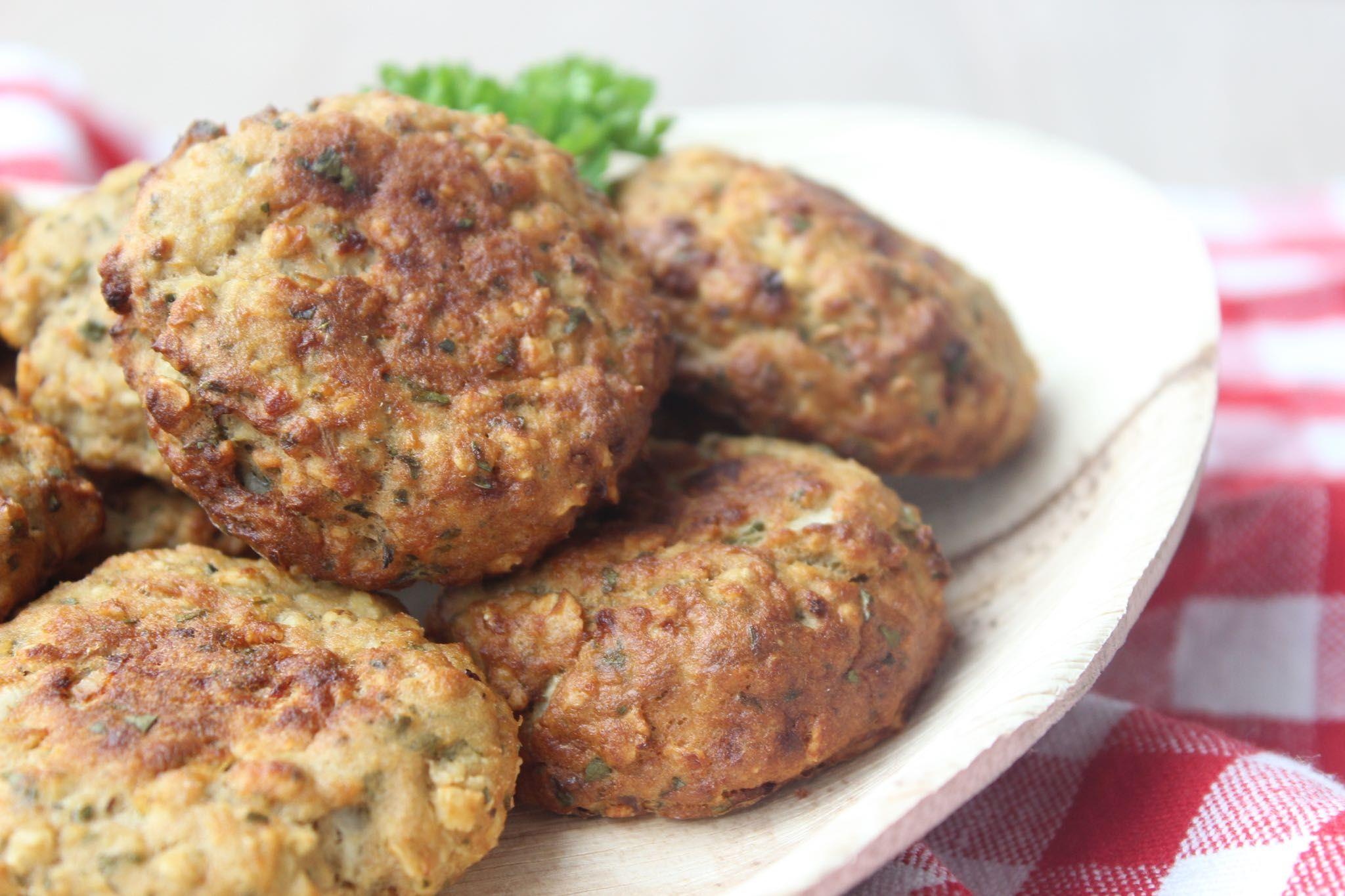 Recept voor viskoekjes van tonijn als tussendoortje of als visburger bij de warme maaltijd. Wordt gemaakt met tonijn uit blik.