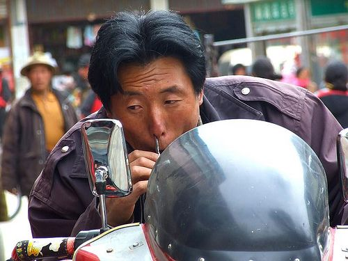 The Chinese doesn't care where they do their grooming. Litang, Sichuan