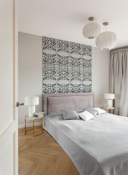 Ozdobą Sypialni Jest Tapeta Przypominająca Kute Ornamenty