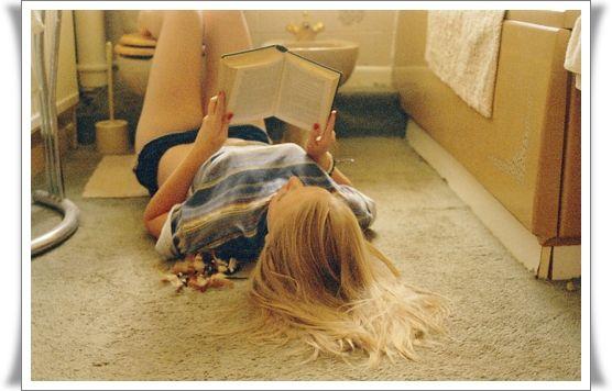 Eu vou para a cama todo dia com 5 livros e uma saudade imensa de você. Ao invés de estar por aí caçando qualquer mala na rua pra te esquecer ou para me esquecer. Porque eu me banco sozinha e eu me banco com um coração. E não me sinto fraca ou boba ou perdendo meu tempo por causa disso.  Tati Bernardi