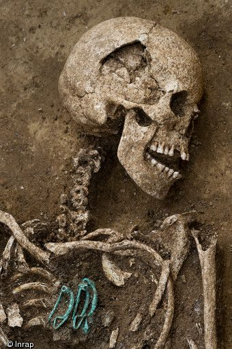 Woman buried with three clasps  (© Denis Gliksman, Inrap)