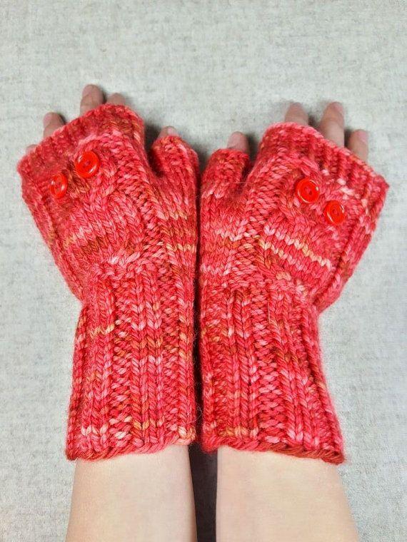 Fingerlose Handschuhe für Kinder ab ca. 7 Jahre, reine Wolle, rot. Die Armstulpen sind dick und kuschelig und warm obendrein. Besonderer Hingucker