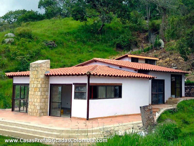 Casa diseñada en desnivel, teja de barro a varias aguas, puertas ...