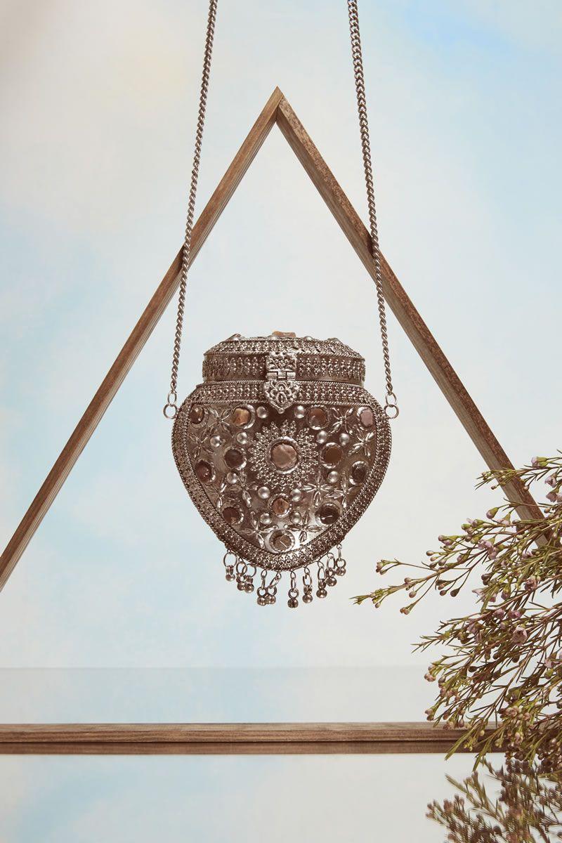 Per completare il tutto basta una borsa dallo stile un po' mistico, come quella di metallo proposta da Asos. Semplicemente bellissima.  -cosmopolitan.it
