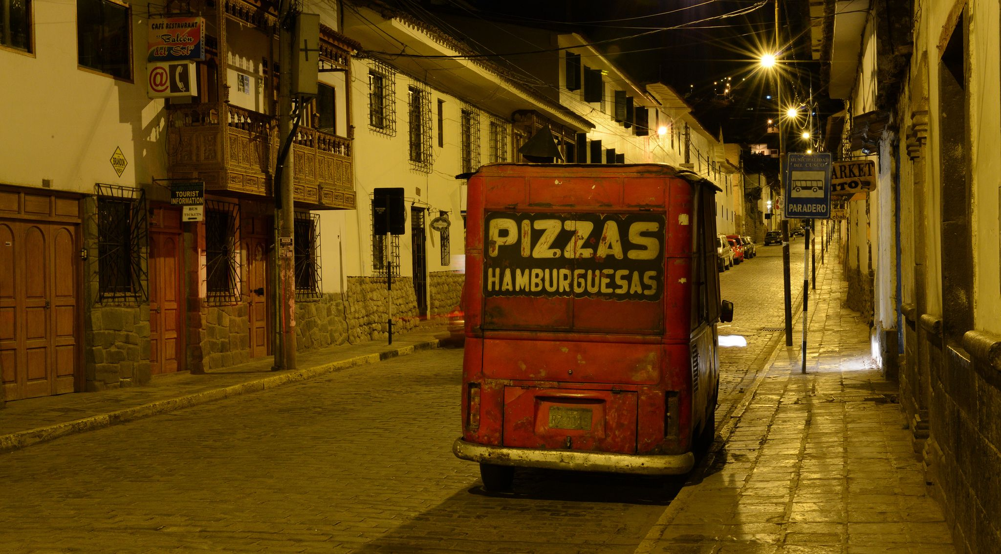 https://flic.kr/p/gSefB5   Cusco de noche. Pizzas y hamburguesas   Calle Choquechaca