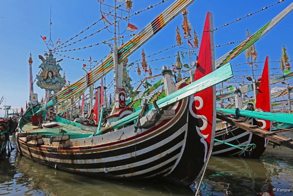 Traditionele vissersboot in de haven van Muncar
