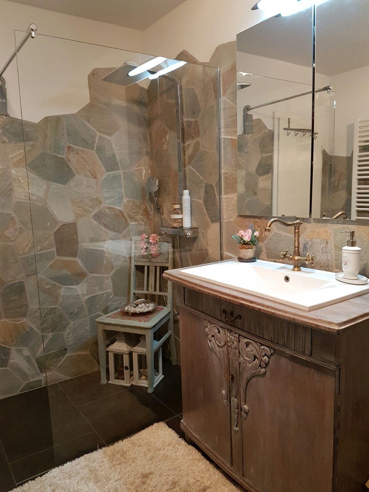 Antike Jugenstil-Kommode als Waschbecken-Schrank für ein
