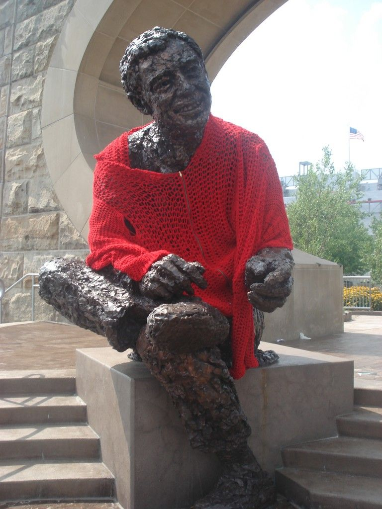 A Statue Of Fred Mr Rogers Was Yarn Bombed With A Nice Sweater Designed By Alicia Kachmar A Pittsburgh Artist Yarn Bombing Mr Rogers Pittsburgh Artists
