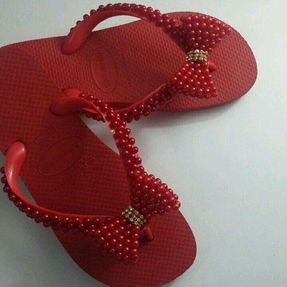ea4087674f7bf Chinelos Havaianas decorados com pérolas vermelhas costuradas com linha de  naylon nas tiras dos chinelos.