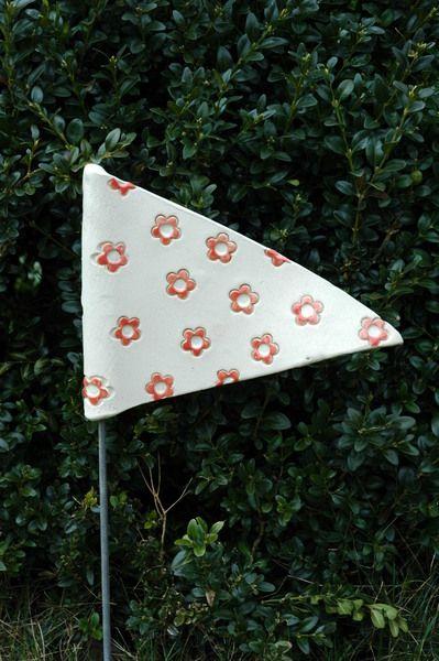 Rotes-Blumen-Fähnchen  M von Kunst-und-Keramik auf DaWanda.com